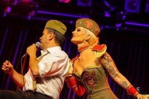 Blonde Bombshell Burlesque Show München Burlesque Tänzerin Rose Rainbow und Sandro Luzzu Burlesque buchen