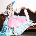 Burlesque Tänzerin buchen Burlesque Show mit Rose Rainbow Blonde Bombshell Burlesque München