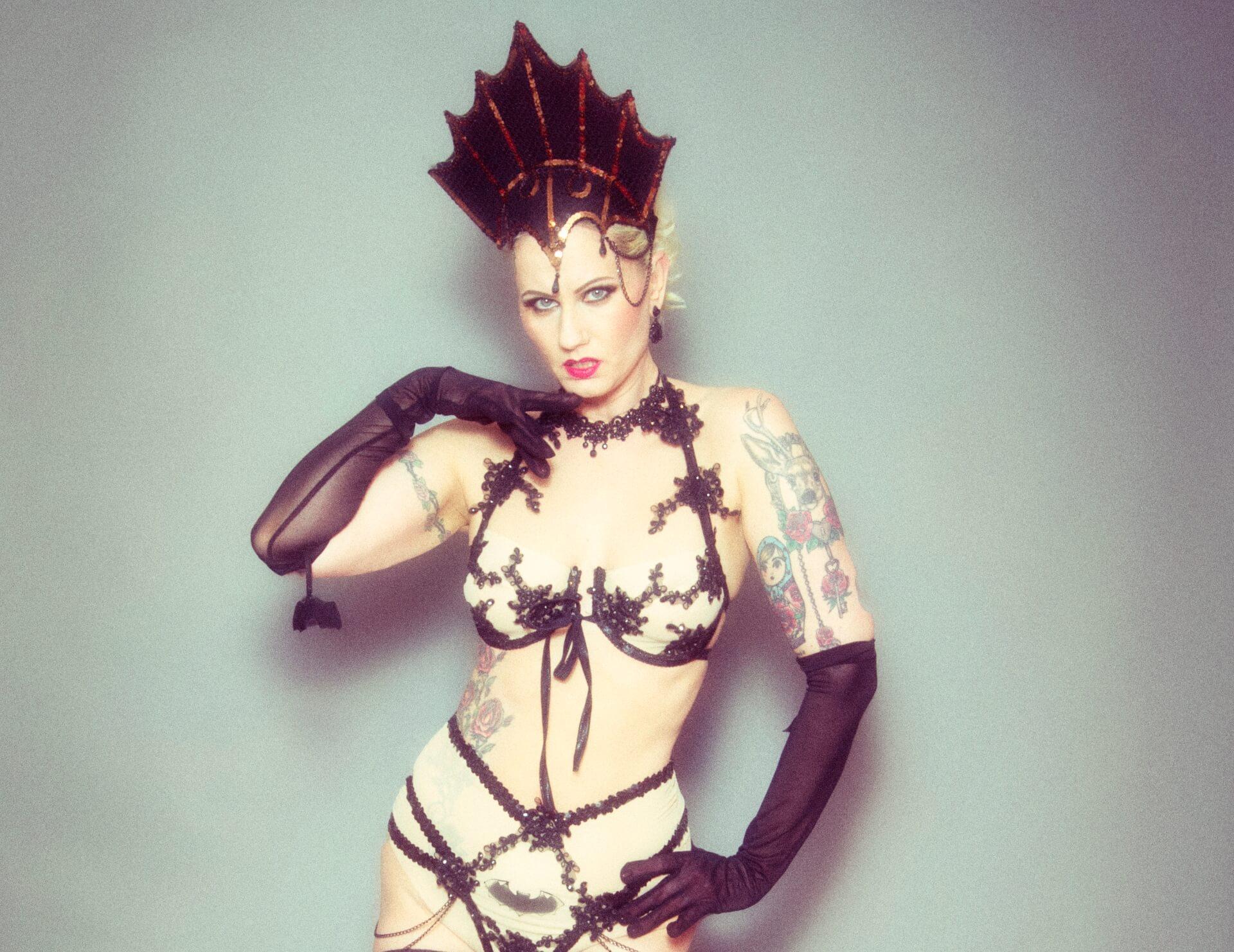 Burlesque Tänzerin Rose Rainbow aus München buchen für eine Burlesque Show Blonde Bombshell Burlesque
