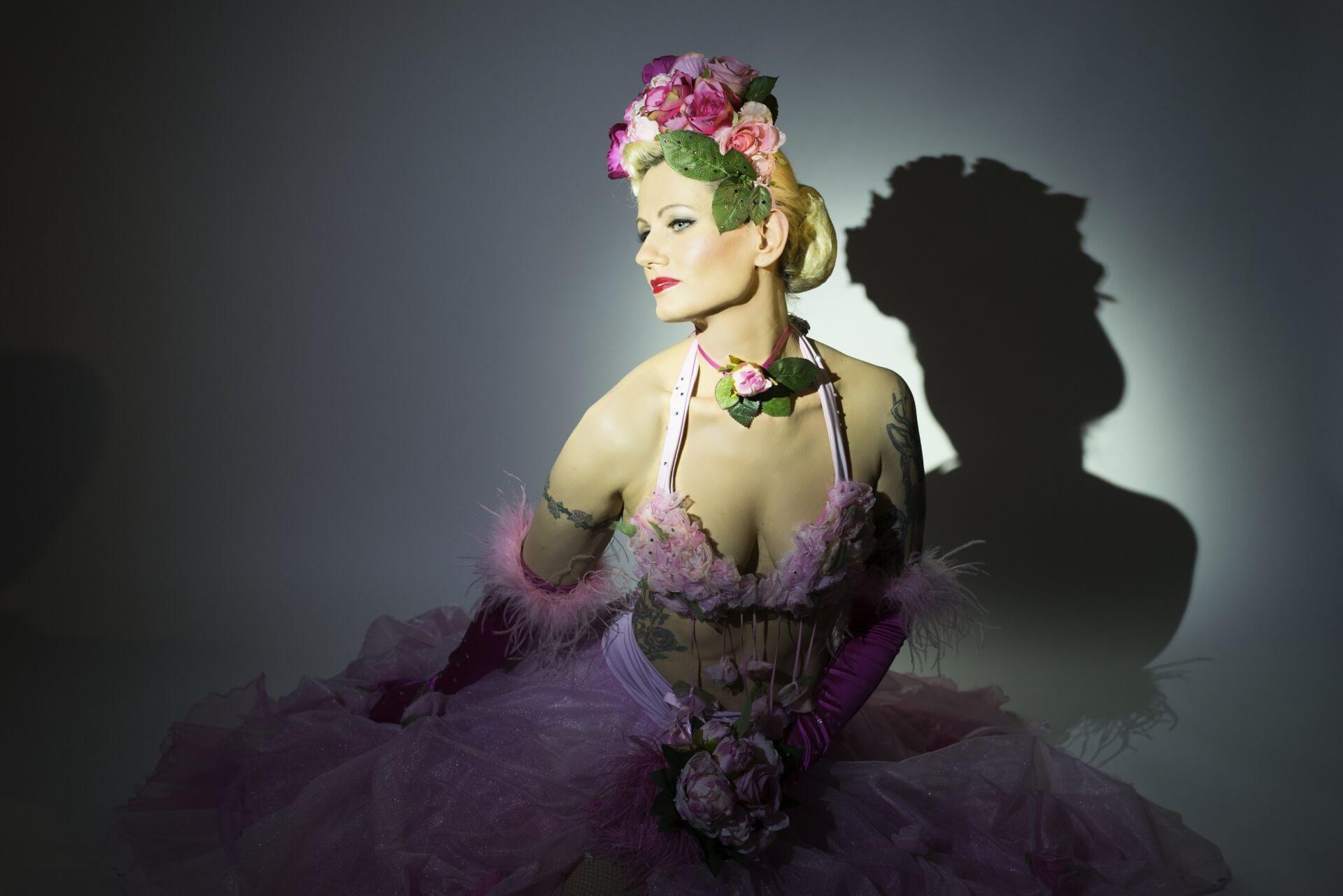 Burlesque Show buchen mit Burlesque Tänzerin Rose Rainbow Blonde Bombshell Burlesque. Buchbar in Deutschland, Österreich, Schweiz und weltweit