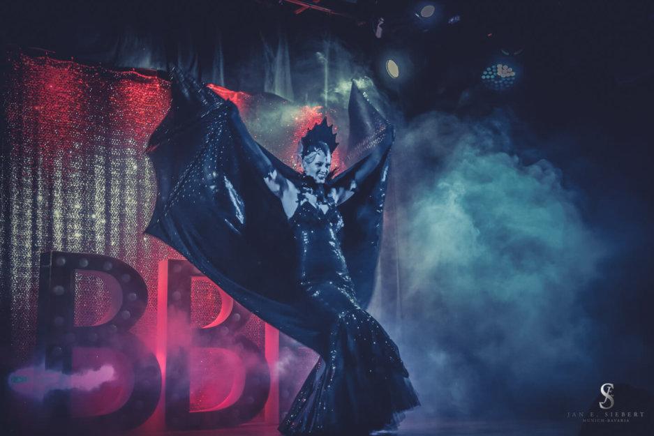 Rose Rainbow Burlesque Tänzerin aus München mit ihrer Vampir Burlesque Show