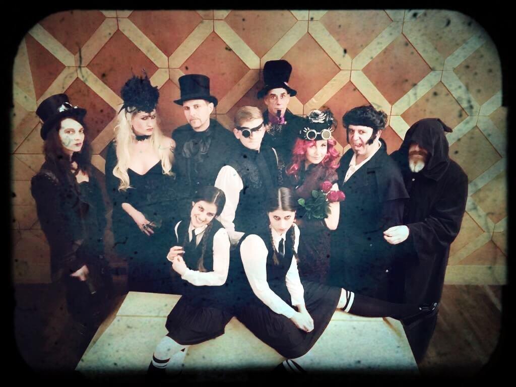 Burlesque Show mit Burlesque Tänzerin aus München Rose Rainbow beim Tödliches Dinner - Die Verwandschaft