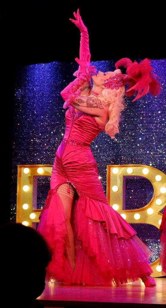 Burlesque Tänzerin Rose Rainbow aus München